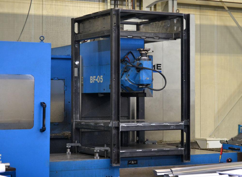 Fräsbearbeitung an einem Grundgestell für eine Montagezelle