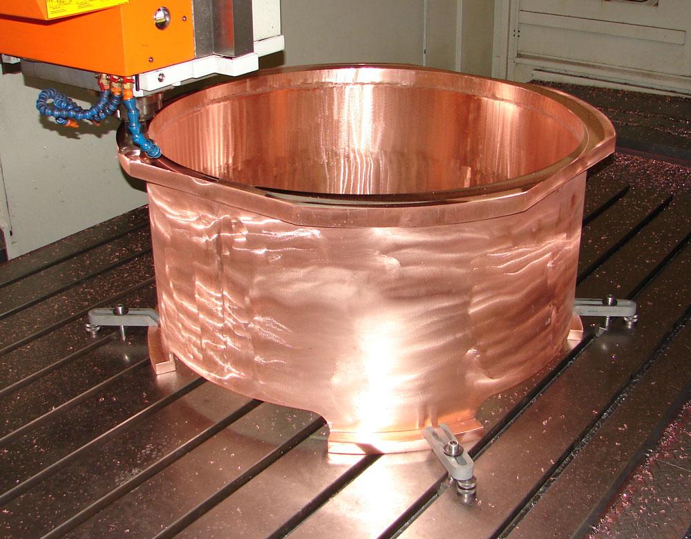 Fräs- und Bohrbearbeitung an einem Distanzstück aus Kupfer